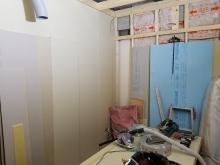 躯体の補強後に防音室側の壁と天井をつくっていきます。