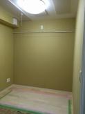 天井は吸音天井に仕上げています。 天井に梁型で給排気ダクトボックスも設けています。