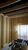 躯体の遮音補強後に浮き床の上に下地を組み 防音室側の壁と天井をつくっていきます。