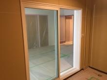 木工事が完了しました。 リビングからの入り口は樹脂サッシの掃き出し窓を2重で設置しています。