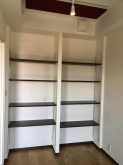 既設収納は可動式の楽譜棚につくり変えました。