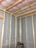 下地を組み、防音室側の壁と天井をつくっていきます。
