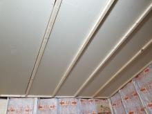 断熱材を躯体と防音室の間の空気層に詰めています。