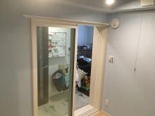 入口には樹脂サッシの掃き出し窓を2重で設置しています。