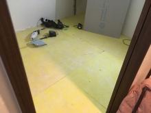 浮き床の下地を組んでいます。