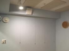 クロス施工完了です。 防音室は気密性の高いお部屋になるので給排気は必須で計画します。 天井に梁型で給排気ダクトボックスを設けています。