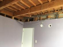 解体作業を行い、天井高を確保します。