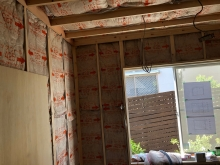 内側に下地を組み、防音室側の壁と天井をつくっています。