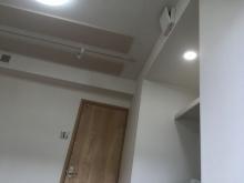 天井には吸音パネルを設置して天井から音が落ちてこないよう響きの調整をしています。