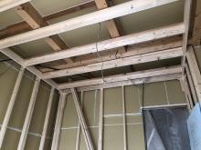 浮き床の上に下地を組み防音室側の壁と天井を内側につくっていきます。