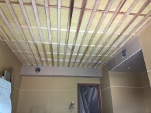 遮音工事完了後に天井を吸音天井に仕上げていきます。