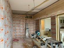 浮き床を施工し、上に下地を組んでお部屋の中に宙に浮いたお部屋をつくっていきます。