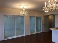 クロス施工完了です。リビングからは樹脂サッシの掃き出し窓を2重で2か所設置し、とても開放感のあるお部屋になりました。