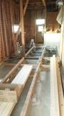 解体作業を行いました。 構造床からつくり直します。キッチンもお風呂や洗面なども新しくつくります。