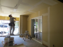 内装のクロス工事です。 防音室はリビング横のお部屋です。 リビングから樹脂サッシで計画しています。