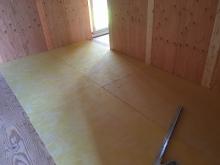 本体工事から引き継ぎ、弊社の工事が始まりました。 浮き床の下地を組んでいます。