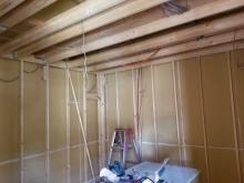 浮き床に下地を組み、お部屋の中に宙に浮いたお部屋をつくっていきます。