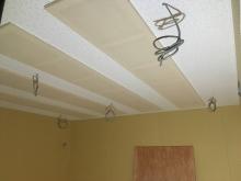 天井は吸音天井に仕上げています。 弊社の木工事が完了しました。内装の仕上げを本体と一緒に施工して頂きます。