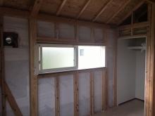 躯体の遮音補強をしています。 収納は反転させて隣部屋から使えるようつくり直します。