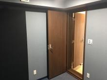 クロス施工後に壁パネルを設置しました。 出入り口には木製の防音ドアを2重で設置しています。