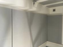 壁と天井には弊社オリジナルの吸音パネルを設置しています。 音の響きを調節してよりデットな空間に計画しています。