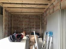 躯体にふれないよう下地を組み、防音室側の壁と天井をつくっていきます。