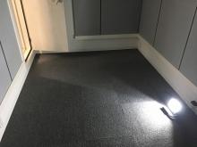 床はタイルカーペットをはりました。