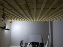 遮音壁が出来上がり、天井を吸音天井に仕上げています。