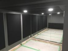 壁と天井に弊社オリジナルの吸音パネルを設置しています。 鏡を設置しているので奥行があり、圧迫感のないお部屋に仕上がりました。