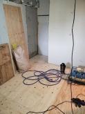 解体作業です。 壊せるものは取り壊し、お部屋を少しでも広く高く使います。