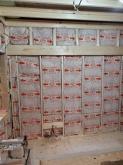 空気層に断熱材をつめて壁と天井をつくっていきます。