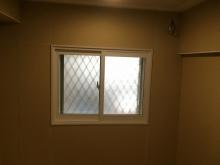 既設の腰窓には内側に2重の樹脂サッシを入れて3重の窓に仕上げています。