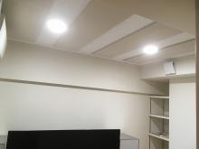 天井には弊社オリジナルの吸音パネルを設置して音の響きを調整しています。