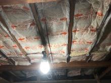 躯体の遮音補強です。 天井の隙間を断熱材で埋めています。