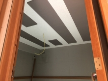 天井は吸音天井に仕上げました。 バンド室なのでデットな音響に仕上げます。