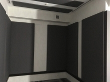壁と天井に壁パネルを設置してデットな音響をつくっています。