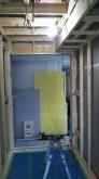 浮き床に下地を組んで防音室側の壁と天井をつくっていきます。