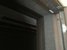 入口には木製防音ドアを2重で設置します。