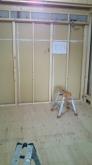 浮き床の上に下地を組み、防音室側の壁と天井をつくっていきます。