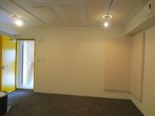 床はタイルカーペットで仕上げています。 お部屋側にはスチール製の防音ドア、外側には木製の防音ドアを設置しています。