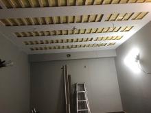 遮音工事が終わり天井を吸音天井に仕上げています。