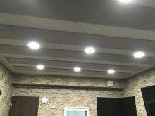 完成です。天井と壁に弊社オリジナルの吸音パネルを設置しています。