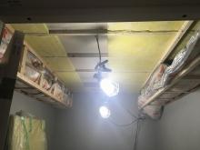 天井に梁型給排気ダクトボックスをつくっています。