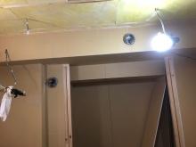 天井に梁型で給排気ダクトボックスを設けています。