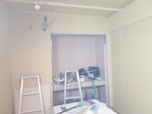 壁と天井の隙間を石膏ボードを張り重ねて埋めていきます。