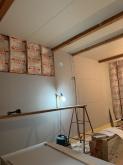 躯体壁と天井の隙間を埋めています。 何枚も石膏ボードを張り重ねています。