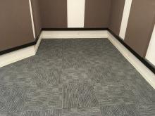 床はタイルカーペットで仕上げています。