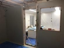 防音室の壁と天井をつくっています。