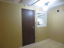 木工事完了です。 入口には木製防音ドアを2重で設置しています。 中の様子が確認できるようにドア横にFIX窓を設置しています。