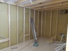 レコーディングルームです。 浮き床に下地を組み内側に宙に浮いたお部屋をつくっていきます。